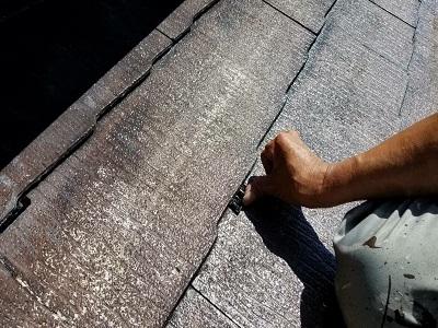 ひび割れたスレート屋根の塗装工事の排水箇所の様子
