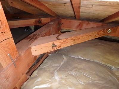 湿気で腐ってしまっている屋根裏の写真
