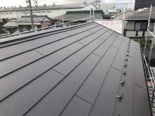 防水シートの敷いた大屋根に板金屋根を新設した様子
