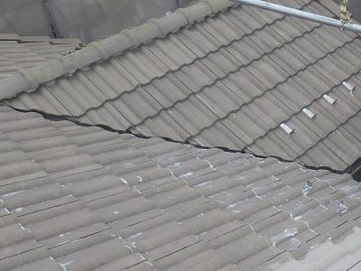 セメント屋根の塗装工事の下塗りのプライマーの様子