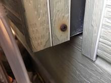 錆びている金属が金属サイディングに触れている状態