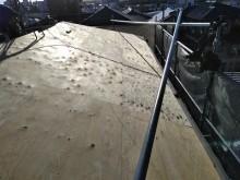 解体した屋根の上から野地板を貼った様子