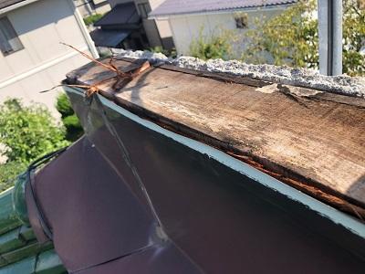 先日の台風によって屋根の板金が飛んでしまった様子