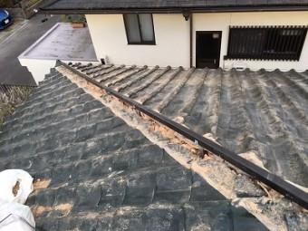 棟に樹脂製の垂木を金具で固定する様子