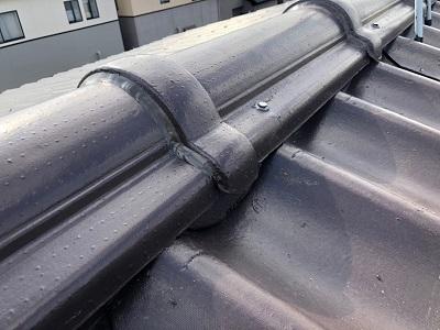瓦の隙間を瓦用のシリコンで補強した様子