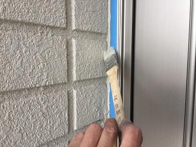 外壁塗装工事の目地の打ち換えの様子