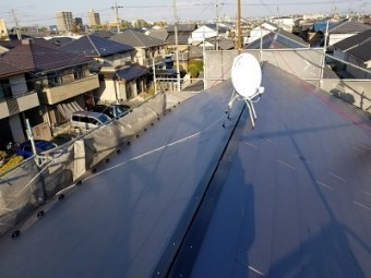 ソーラーパネルのあるお宅の屋根重ね葺き工事施工後の様子