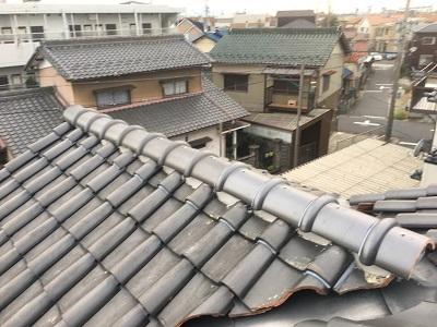 強風によって飛散してしまった棟の修繕工事のビス固定の様子
