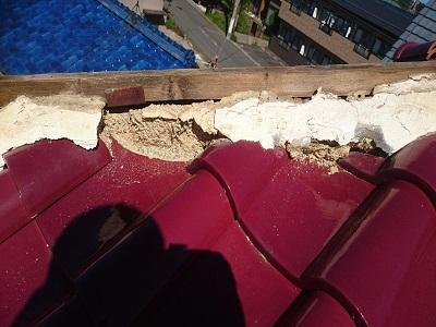洋瓦屋根の漆喰の点検の様子