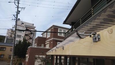 雨樋を新設するテラスに鼻隠し板に軒金具を設置した様子