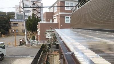 雨樋を新設するテラスに吊金具を設置した様子