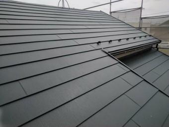 屋根の重ね葺き工事のガルバリウム鋼板の様子