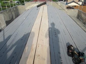 防水シートを貼っている屋根