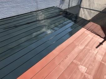 コロニアル瓦の屋根の本材塗装の様子