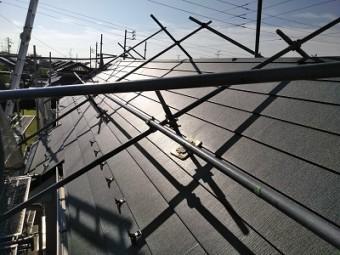 コケの生えたカラーベスト屋根のカバー工事の屋根材施工の様子