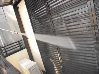 雨戸の洗浄の様子