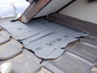 解体した屋根の上に防水シートを敷いた様子