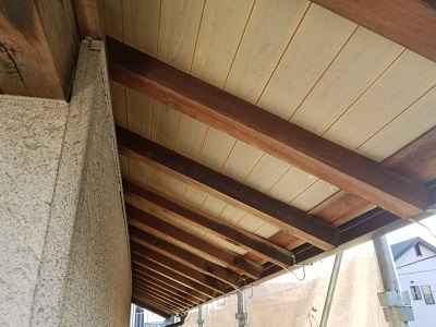 軒天板金工事の施工中のピーリングの様子