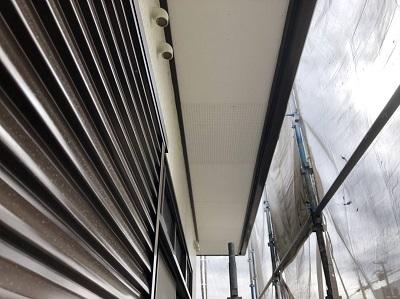 軒天板金工事の施工中のケイカル板の様子