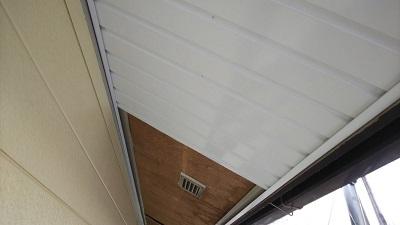 軒天板金工事のらガルバリウム鋼板の板金を重ねて張る工法で施工の様子