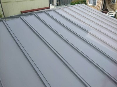 トタン屋根の上塗りが完了した様子