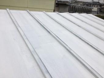 トタン屋根への錆止めの塗装完了