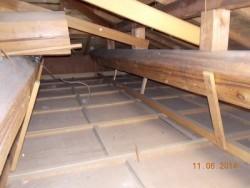 屋根断熱材設置前の小屋裏