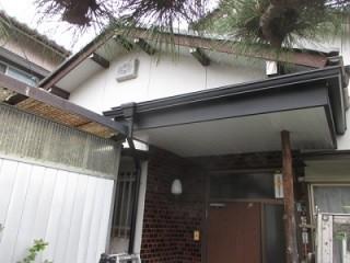 玄関ポーチの重ね葺き工事のビフォー写真