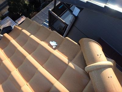 漆喰のはがれがあるお宅の屋根診断の様子