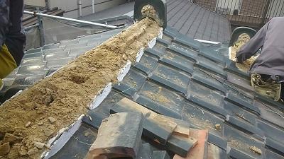 雨漏りするお宅の屋根の葺き替え工事の瓦撤去の様子