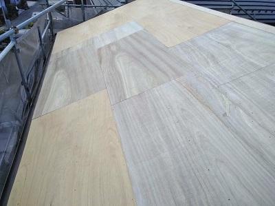 雨漏りするお宅の屋根の葺き替え工事の野地板の様子