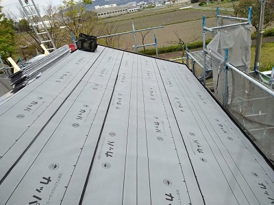 雨漏りするお宅の屋根の葺き替え工事の防水シートの様子