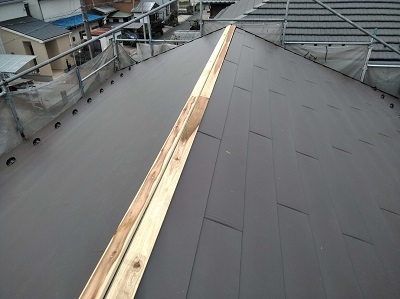 雨漏りするお宅の屋根の葺き替え工事の棟の様子