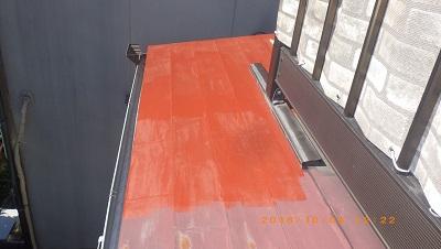 屋根の塗装工事の錆び止めの様子