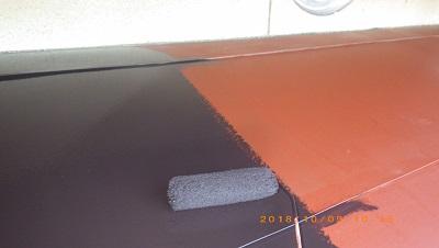屋根の塗装工事の下塗りの様子