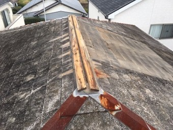 屋根板金部分の修繕工事前の様子