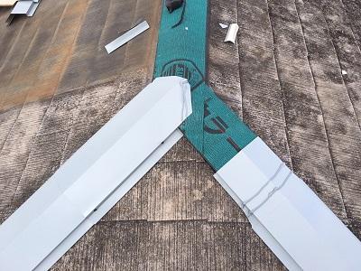 屋根板金部分の修繕工事中の様子