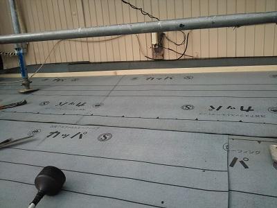 重ね葺き工事のゴムアスルーフィングの様子