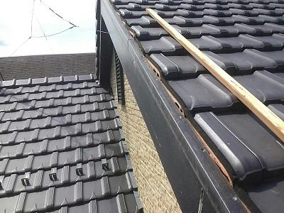 自然災害で破損した屋根の施工中の様子