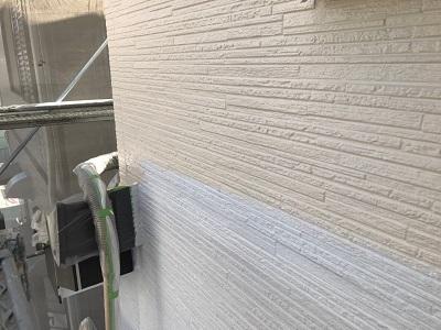 外壁塗装の中塗りの様子