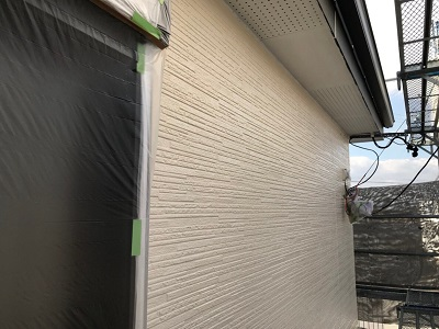 外壁塗装の仕上げ塗りの様子