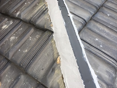 台風被害に遭われたお宅の棟の組み直し工事の垂木を設置した様子