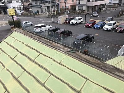 棟板金の下地の貫板を交換する様子