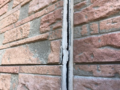 外壁カバーサイディング工事の外壁の診断の様子