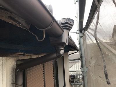劣化した雨樋の施工前の様子