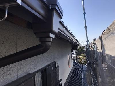 劣化した雨樋の交換工事の様子