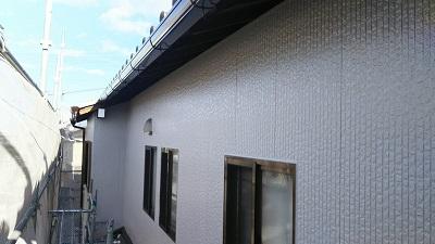 高耐久塗料での外壁塗装工事の下塗り施工中の様子