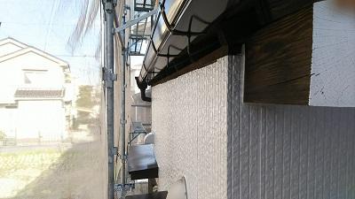 高耐久塗料での外壁塗装工事の付帯部塗装の様子