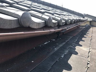 雨水が漏れてしまうお宅の雨樋交換工事施工前の様子