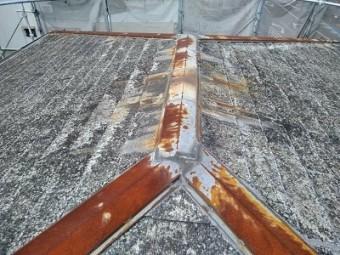 カラーベストの割れがある屋根の現地調査の様子